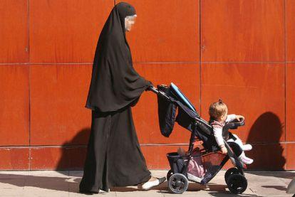 Una mujer pasea por Lleida con velo integral, similar a un chador, que no cubre la cara.