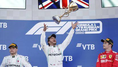 Lewis Hamilton (en el centro) lanza el trofeo flanqueado con junto a Valtteri Bottas (a la izquierda) y Charles Leclerc.