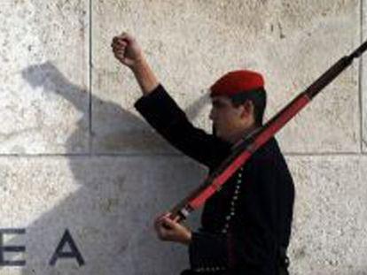 Un soldado de la guardia presidencial desfila en Atenas.
