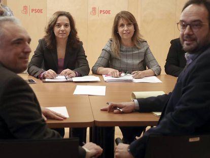 Rafael Simancas, Sara Hernández, María del Valle Luna y Antonio Hernando durante una reunión el 25 de enero en el Congreso.