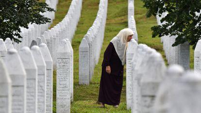 Una mujer bosnia besa la tumba de sus hijos muertos en el genocidio de Srebrenica, en el memorial de Potocari, cerca de Srebrenica, el pasado día 3.