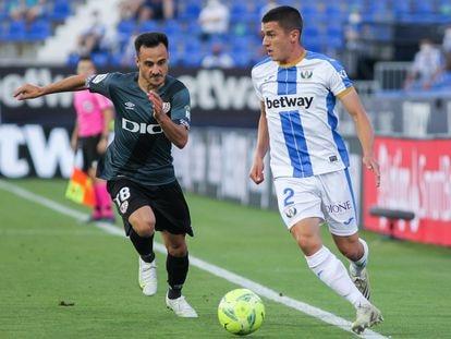 Álvaro Garcia, del Rayo, presiona a Palencia, lateral derecho del Leganés.