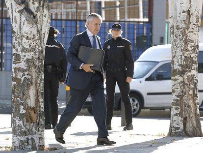 """Miguel Blesa, expresidente de CajaMadrid, llega a la Audiencia Nacional en San Fernando de Henares (Madrid), para declarar en el proceso de las tarjetas """"black"""" de la entidad, el 29 de septiembre de 2016."""