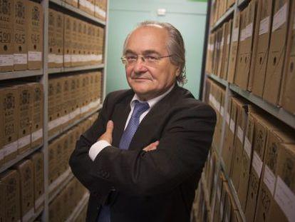 Sans Travé junto a las cajas en las que llegó la documentación de Salamanca al Arxiu Nacional de Catalunya.