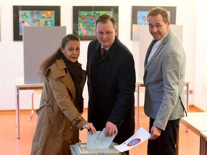 El candidato de Die Linke, Bodo Ramelow, en el centro, vota este domingo.