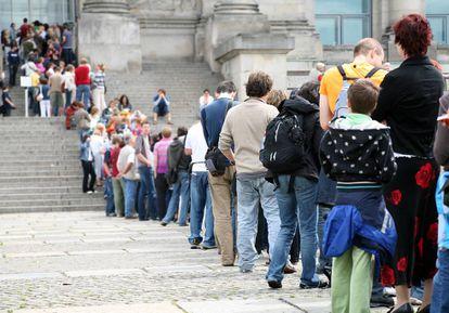Una imagen recurrente en los periodos estivales: largas colas de turistas esperando entrar en edificios históricos. Podrían ser lugares donde instalar los sensores predictivos de visitantes.