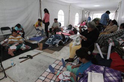 Los padres de los 43 normalistas ayunan en el Zócalo del DF.