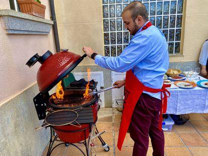José Gómez preparando el kamado en Guijuelo.