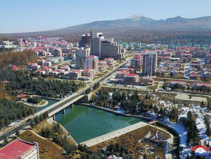 Vista general de Samjiyong, la nueva ciudad inaugurada esta semana por Kim Jong-un en el noreste de Corea del Norte, cerca de la frontera con China.
