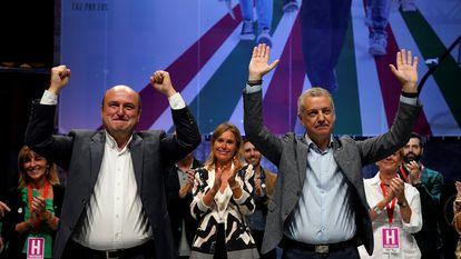 El lehendakari Iñigo Urkullu (derecha) y el presidente del PNV, Andoni Ortuzar, celebran los resultados electorales el 12 de julio de 2020 en Bilbao.