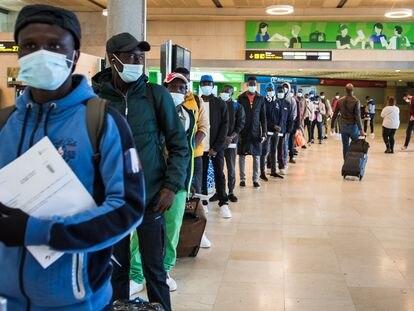 Un grupo de migrantes, la mayoría de Malí y Gambia, aguardaban el pasado 26 de febrero para tomar un vuelo a la Península, en el aeropuerto de La Laguna.