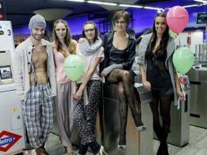 La marca Womansecret ha convocado por medio de las redes sociales a decenas de ciudadanos que han acudido ataviados con sus mejores pijamas a las estaciones más concurridas del metro de Madrid a la fiesta en la que se ha convertido la presentación de la nueva colección de este sello.