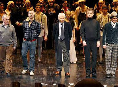 Albert Boadella (en el centro), anoche junto a los actores y el equipo de <i>Una noche en el Canal.</i>