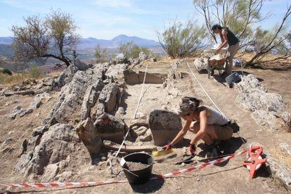 Dos especialistas trabajando en la excavación del cuarto dolmen de Antequera.