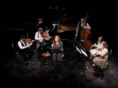 Elvira Lindo, junto con el Linien Ensemble, en su actuación en Berlín.