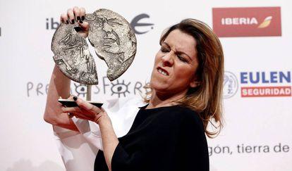 Eva Llorach, con su premio Forqué por 'Quién te cantará'.