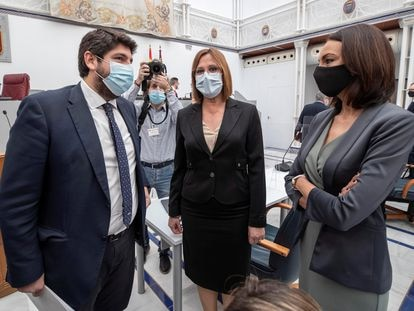 El presidente de la Comunidad de Murcia, Fernando López Miras, junto a Isabel Franco y Valle Miguélez, expulsadas de Ciudadanos tras incumplir su firma en la moción de censura.