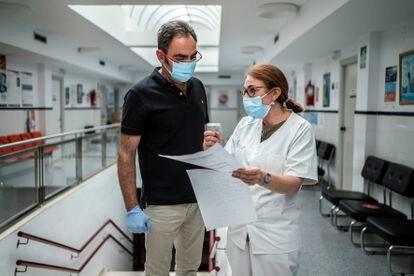 José Luis Eloy, coordinador del centro de salud, y Carmen Recio comentan los contactos estrechos de un positivo de coronavirus.