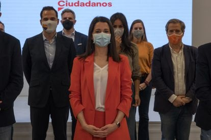 Inés Arrimadas posa con el nuevo comité nacional del partido en la Sede de Ciudadanos el día 16 en Madrid.