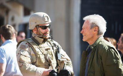 Bradley Cooper con el director Clint Eastwood.