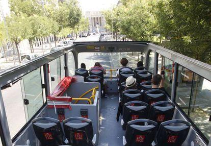 Un autobús turístico con muy pocos viajeros en la calle de Felipe IV.