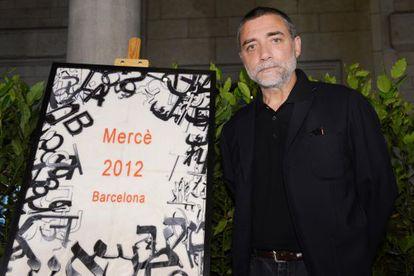 El escultor Jaume Plensa y su cartel de la Mercè durante el acto de presentación de la fiesta.