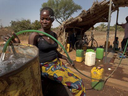 Kounda Asmaou recoge agua potable para su familia en la aldea de Badnoogo, en Burkina Faso.