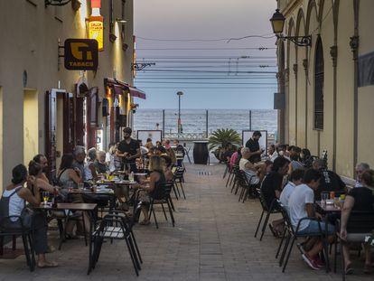 La calle Sant Joan, en Vilassar de Mar (Maresme), con la terraza de la bodega Espinaler.