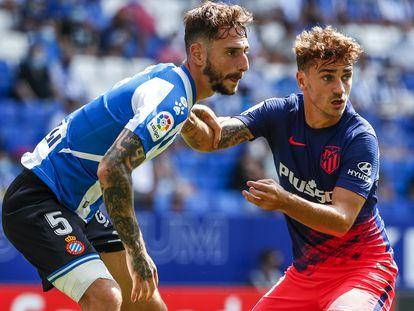 Antoine Griezmann (D) y Fernando Calero durante el Espanyol-Atlético de este domingo.