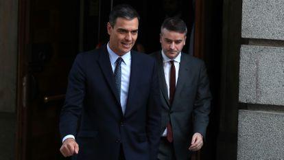 Pedro Sánchez abandona el Congreso con Iván Redondo, en 2019.