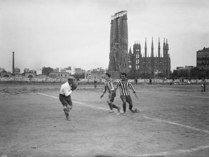 Partido de fútbol en el campo del Europa, hacia 1915, con la Sagrada Familia al fondo.