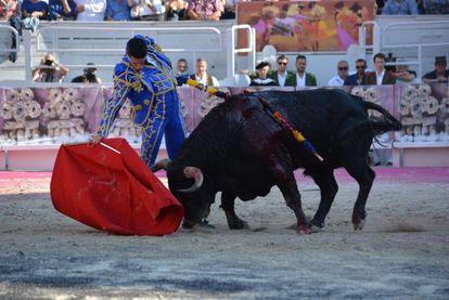 Alejandro Talavante muletea con la derecha a uno de sus toros.