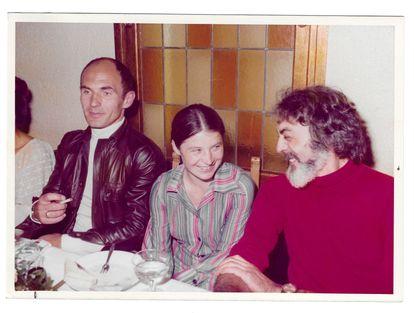 Irene Rouba, entre su marido Pawel Rouba y Fabià Puigserver, en los años setenta.