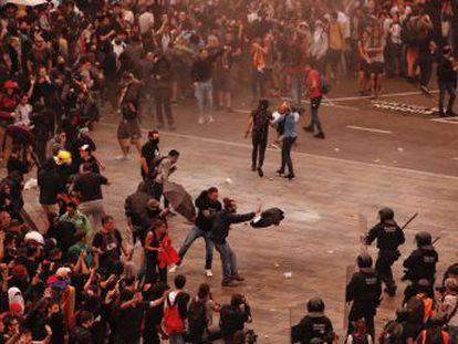 Los Mossos d Esquadra cargan contra los manifestantes, muchos de los cuales han llegado caminando al aeródromo