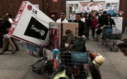 Compradores aprovechan los descuentos en una tienda departamental.