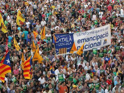 Concentración en la plaza de Sant Jaume de Barcelona en defensa del modelo de inmersión lingüística.