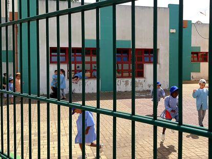 Un grupo de niños juega en el patio de un colegio del barrio de Santa Clara, en Lisboa.  / J. M. D. B.