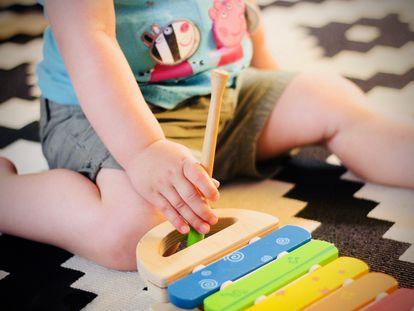 Un niño juega en el salón.