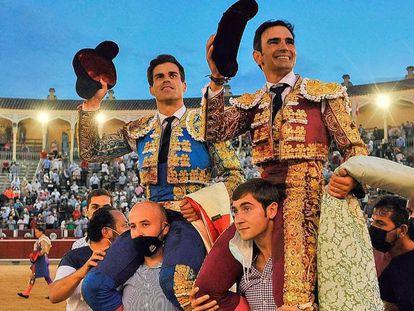 Rubén Pinar, -a la izquierda-, y Sergio Serrano, a hombros en Albacete.