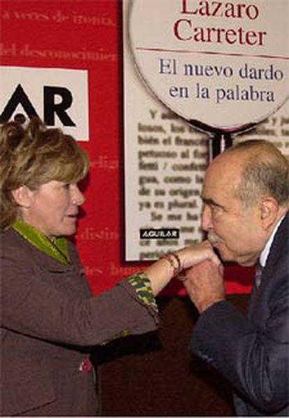 El ex director de la RAE saluda a la ministra de Cultura Pilar del Castillo antes de la presentación de su libro <i>El nuevo dardo en la palabra</i>, hoy en Madrid.