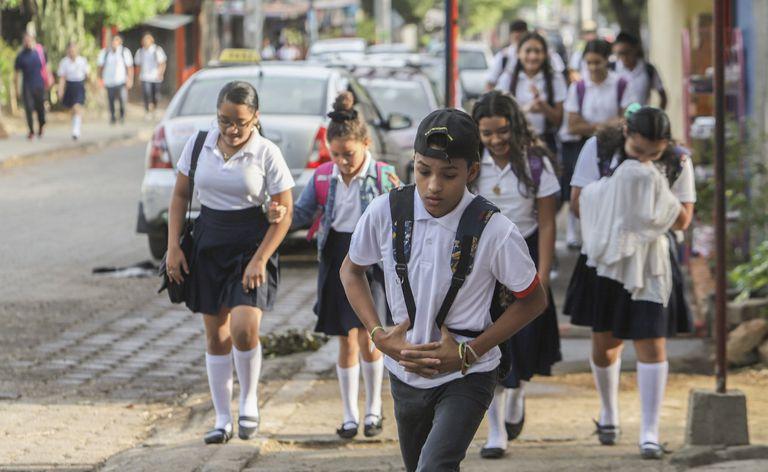 Varios estudiantes asisten al colegio el pasado 27 de abril en Managua.