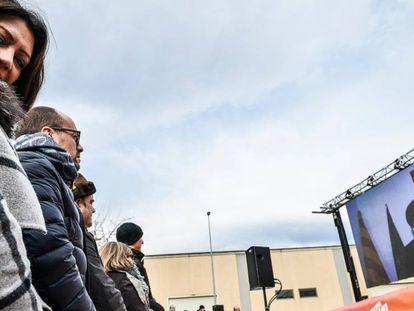 Marcela Topor, mujer de Puigdemont, mira su comparecencia des de Bruselas.