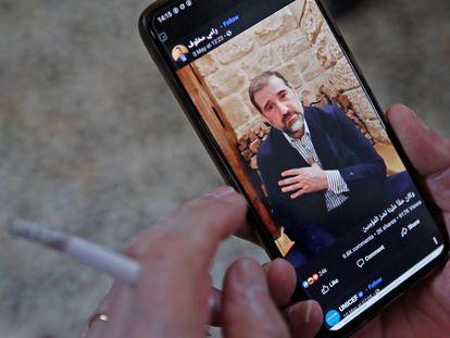 Un hombre ve un vídeo subido a Facebook del empresario sirio Rami Makhlouf, el 11 de mayo en Damasco.
