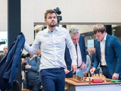 Magnus Carlsen, este viernes, se aleja de la mesa de juego tras una de sus victorias en el Mundial de Rápidas