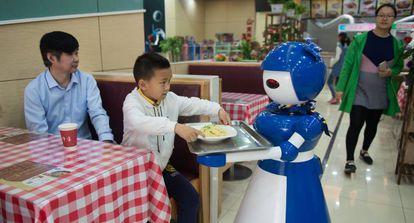 Robot camarero en un restaurante de Kunshan (China), en mayo de 2016, donde trabajan en total 10 androides.