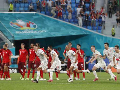 Los jugadores de España celebran el triunfo ante Suiza.