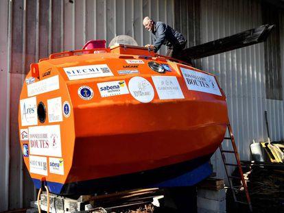Jean-Jacques Savin, de 71 años, en su cápsula con la que tratará de cruzar el Atlántico en tres meses.