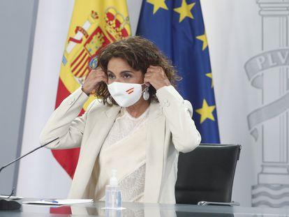 La portavoz del Gobierno, María Jesús Montero, se retira la mascarilla antes de ofrecer una rueda de prensa en septiembre.