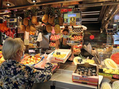 Puesto de frutas en el mercado de La Boquería de Barcelona.