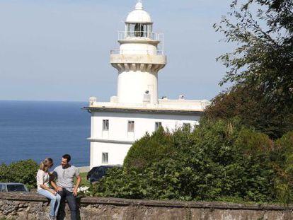Una pareja junto al faro de Igeldo de San Sebastián, uno de los siete que existen en Gipuzkoa.